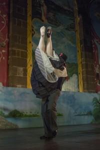Parmi les anecdotes de l'été, petit souci de chaussure pour Lauriane qui se prend pour Cendrillon. Notre photographe a immortalisé cet instant cocasse sur le porté du bataclan.